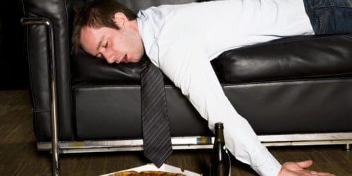 De fleste har nok prøvet at have tømmermænd, og det er aldrig rart. Selvfølgelig ved du at tømmermændene kommer af for meget alkohol, men der er faktisk nogle konkrete forklaringen på den trælse tilstand dagen derpå.