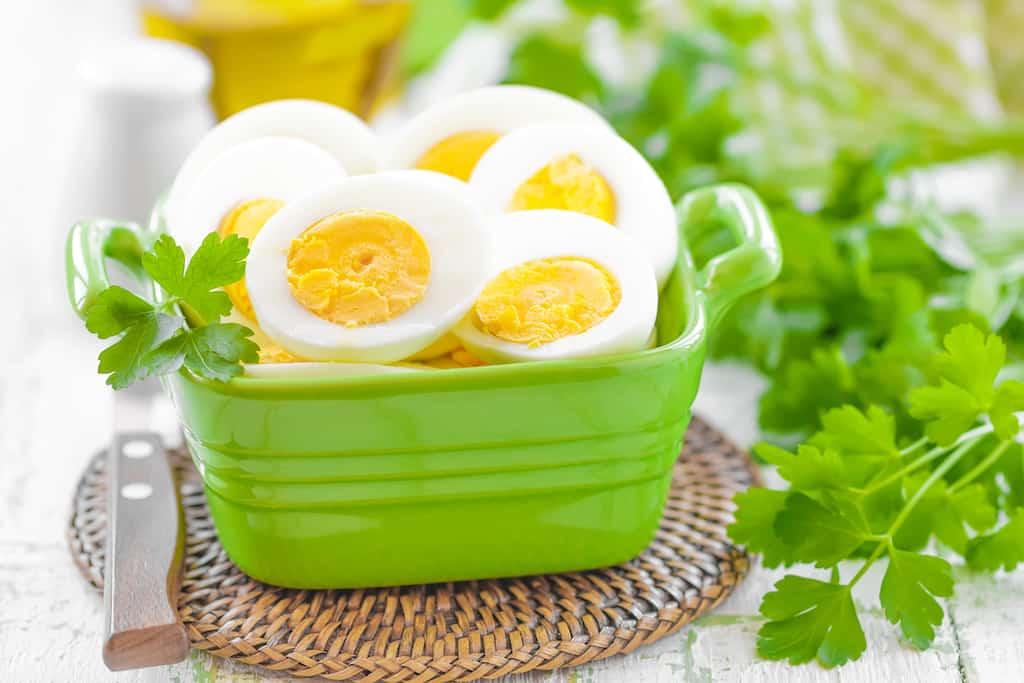 Du kan sagtens spise dig til et sundt hår, og en af madvarerne er såmænd æg. Æg indeholder stoffer, der styrker dit hår. og derfor er æg sundt for håret.