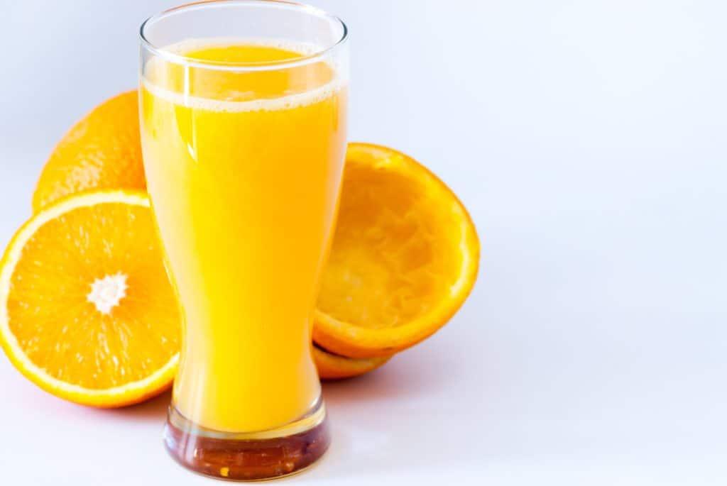 Et glas friskpresset appelsinjuice er fristende. Men er appelsinjuice overhovedet sundt?
