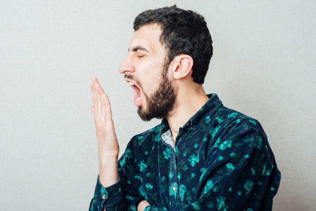 """Dårlig ånde eller foetor ex ore, som direkte oversat betyder """"stank fra munden"""", kan skyldes mange ting: Dårlig mundhygiejne, mandelpropper, sukkersyge, madvarer og endda medicinalprodukter. Se i denne artikel hvordan din drageånde bliver normal igen."""