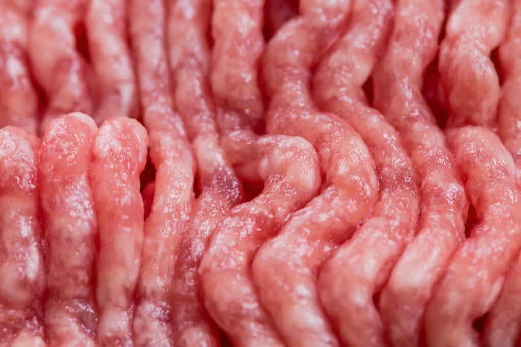 Der er fundet små stykker plast i hakket svinekød, der er solgt i Coops butikker. Det gælder blandt andet i Fakta og SuperBrugsen.