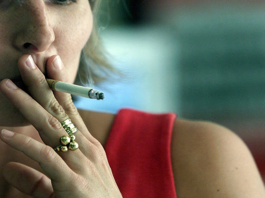 Du bliver nok overrasket over hvor mange danskere, der fortsat ryger. Antallet af rygere er nemlig ikke faldende. Ganske holder vist holder en del op med at ryge, men der kommer også nye rygere til, og derfor er faldet i antal rygere ikke faldende.