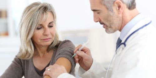 En influenzavaccine beskytter de fleste mennesker mod influenza. Tilhører du særlige risikogrupper, er det en god ide at blive vaccineret mod influenza. Der er kun få bivirkninger ved influenzavaccine og der er mange steder - herunder din egen læge - der tilbyder influenzavaccine - nogle får den endda gratis.