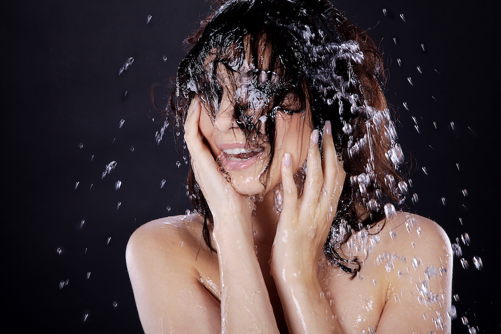 Måske undrer du dog over, om man kan blive syg af vandet i et brusebad. Og det kan du godt. Faktisk endda meget syg, og forklaringen er legionella. Det rammer heldigvis kun få mennesker hvert år i Danmark, men dødeligheden er til gengæld ret høj.