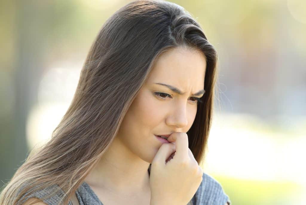 Er det usundt at bide negle? Kan man blive syg af at bide negle? De korte svar er: Måske og ja.