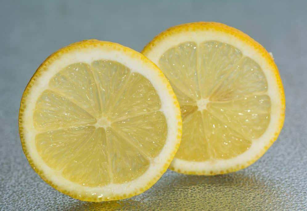 Citroner kan bruges tl andet end på en fiskefilet. Citronerne kan blandt andet sikre dig mod dårlig ånde, men også fjerne dårlig luft i køleskabet.