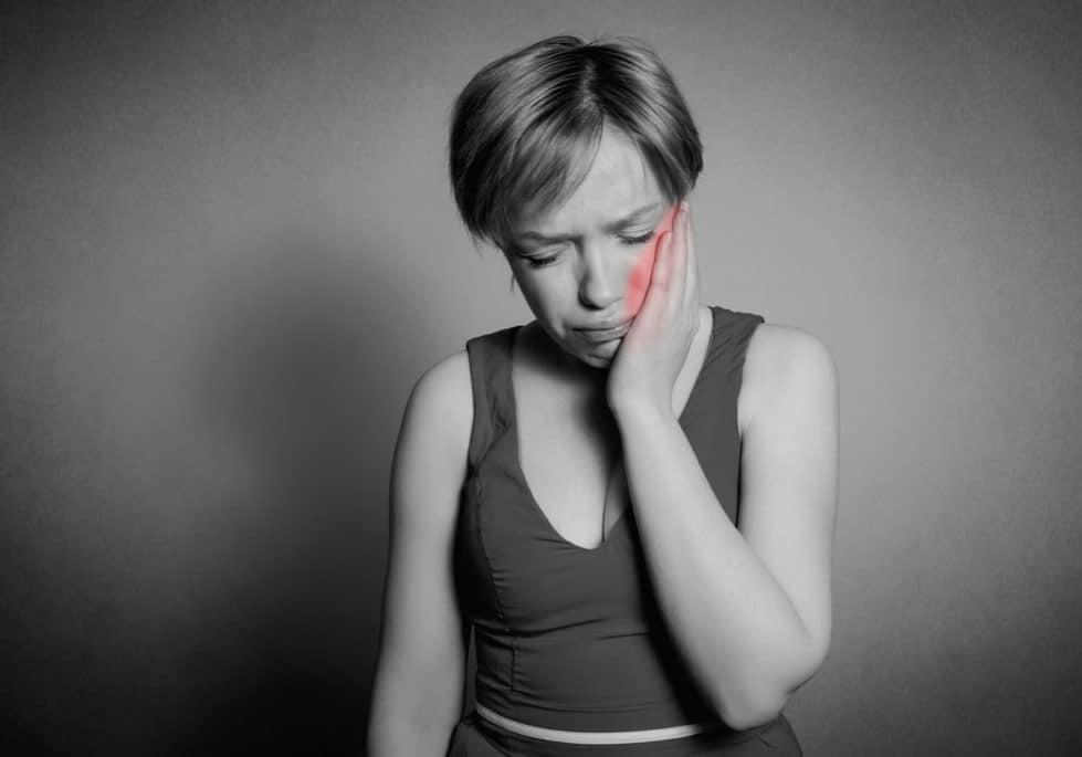 Det kan gøre så afsindigt ondt at have tandpine. Kan du ikke straks komme til tandlægen, kan du selv lindre smerten. Foto: Colourbox.