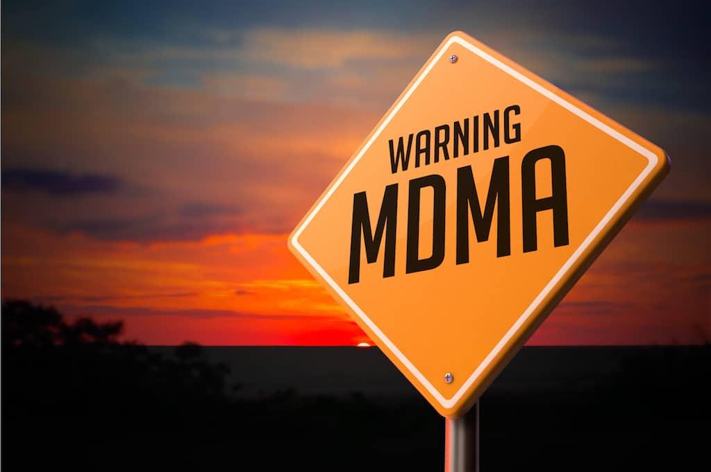 Hvad er MDMA? MDMA er mere præcist en forkortelse for 3,4-metyléndioksymetamfetamin, der i øvrigt også er kendt som ecstasy. Som navnet afslører, så er der tale om amfetamin, der er syntetisk fremstillet, men det er en ret kompleks produktion at beskrive med få ord, fordi MDMA produceres på mange forskellige måder og med forskellige kemiske sammensætninger.