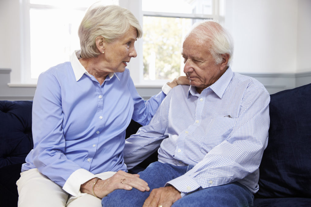 I langt de fleste tilfælde er Alzheimers en sygdom, der udvikler sig langsomt og kommer snigende. Typisk oplever patienter glemsomhed og problemer med hukommelsen, men det behøver ikke være de første symptomer på sygdommen.
