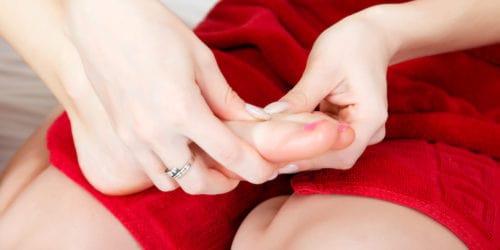 Mange mennesker får fodvorter, og fodvorten er faktisk en virus. Desværre kan den være svær at slippe af med, og det kan sagtens tage op mod to år før en fodvorte forsvinder igen.
