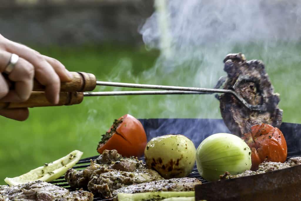At grille kød er ikke svært, men der er grund til at passe på med varmen, så du undgår brændt grillmad. Det kan nemlig være sundhedsskadeligt, og derfor skal du holde igen med varmen i grillen.